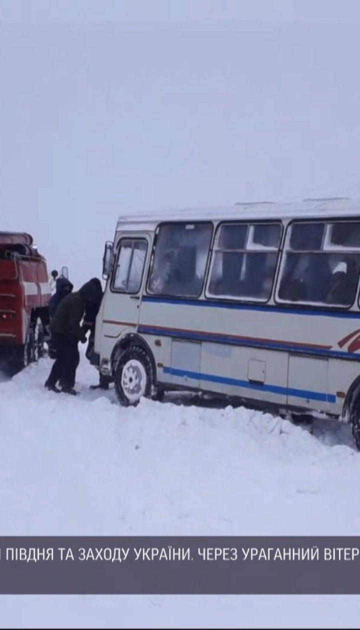 Зимняя непогода: на западе Украины с ночи на дорогах пробки и сугробы