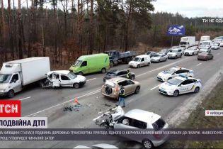 Двойная ДТП: под Киевом легковушка влетела в автомобили, водители которых ждали полицейских