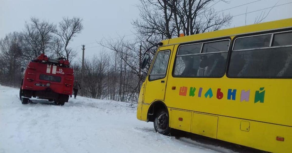 Снігопади у Західній Україні: рятувальники розблокували дороги та буксирували шкільні автобуси