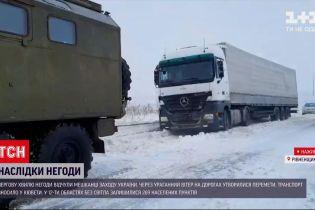 Захід України випробовують хуртовини – з заметів діставали автомобілі, фури та автобуси