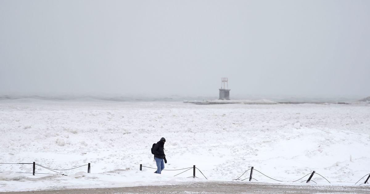 Во Львовской области на остановке между селами замерз пенсионер