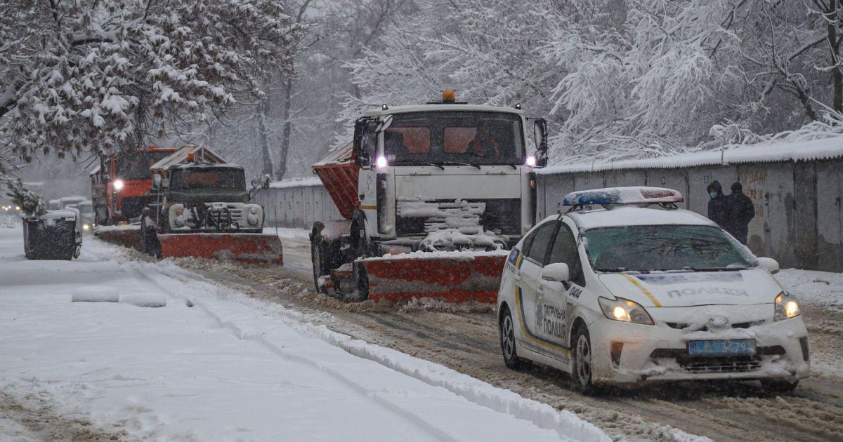 В Украине из-за метели ограничили движение грузовиков в трех областях, а в Ровенской — всего транспорта