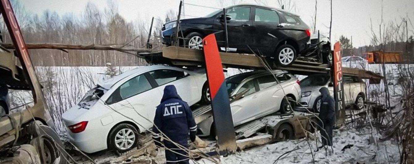 У Росії перекинувся автовоз із новими LADA Vesta
