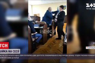 У місті Ізюм просто у сесійній залі почубилися двоє депутатів