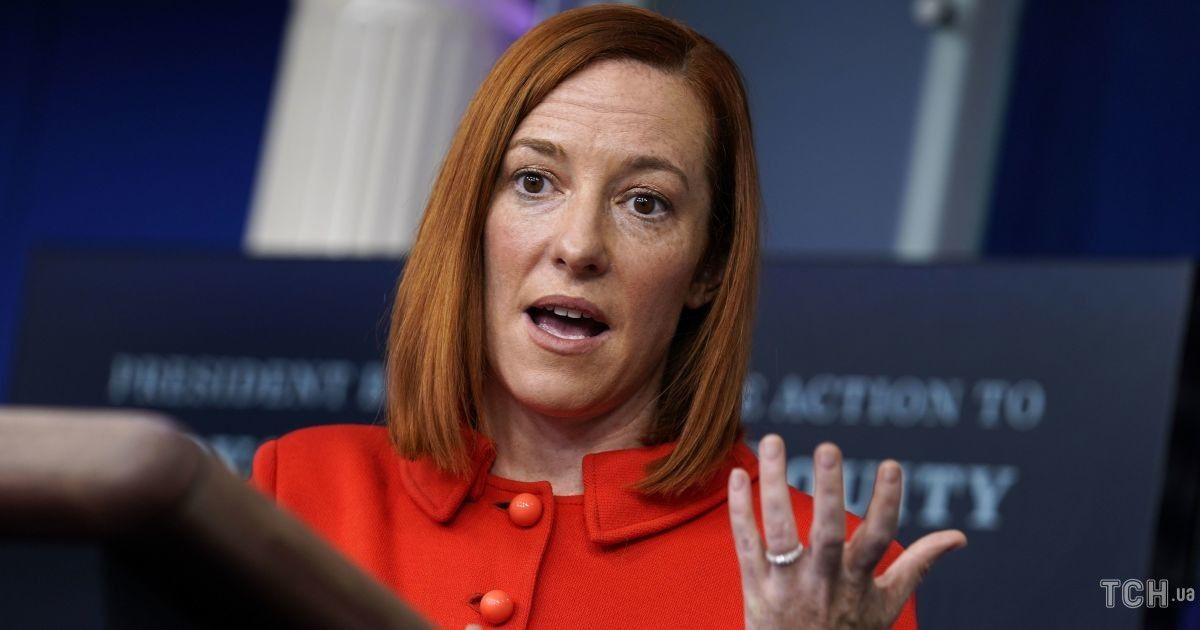 В красном жакете и с рыжими волосами: яркий выход нового пресс-секретаря Белого дома