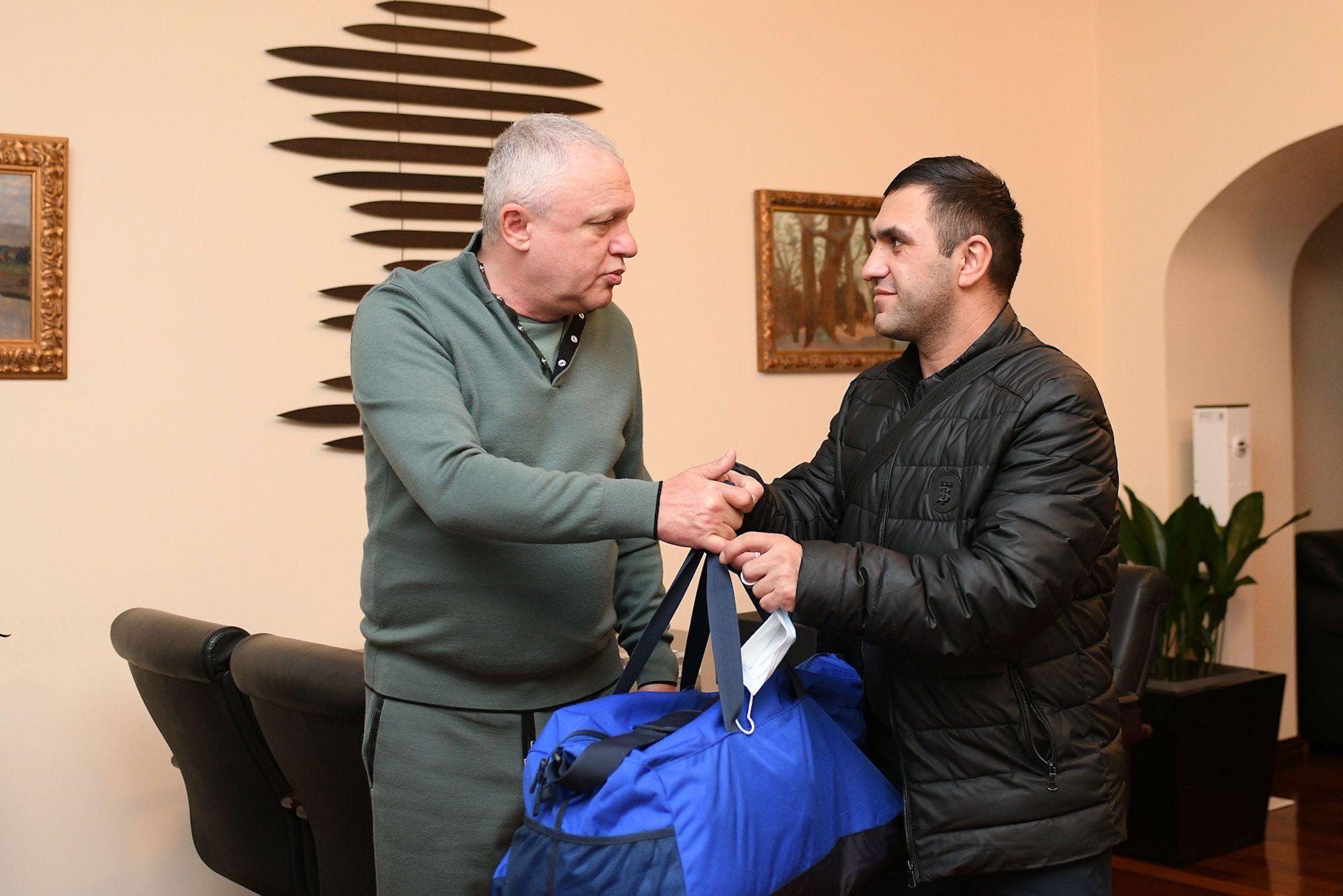 Ігор Суркіс з батьком постраждалого хлопчика