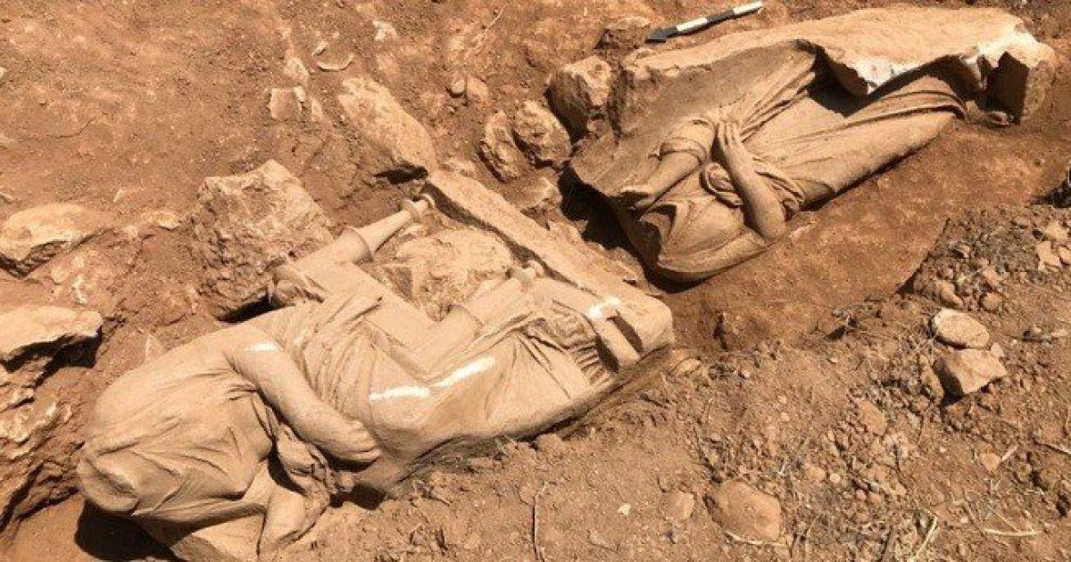 В Греции рядом с афинским аэропортом обнаружены две мраморные женские статуи