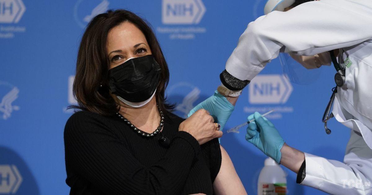 На шпильках і в жакеті з леопардовою підкладкою: Камала Гарріс на вакцинації