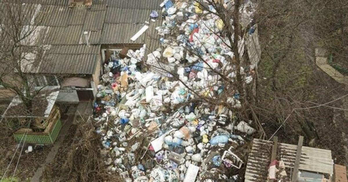 """Собирала мусор 10 лет: в Полтаве женщина превратила двор на свалку и """"разводит"""" крыс и мух"""