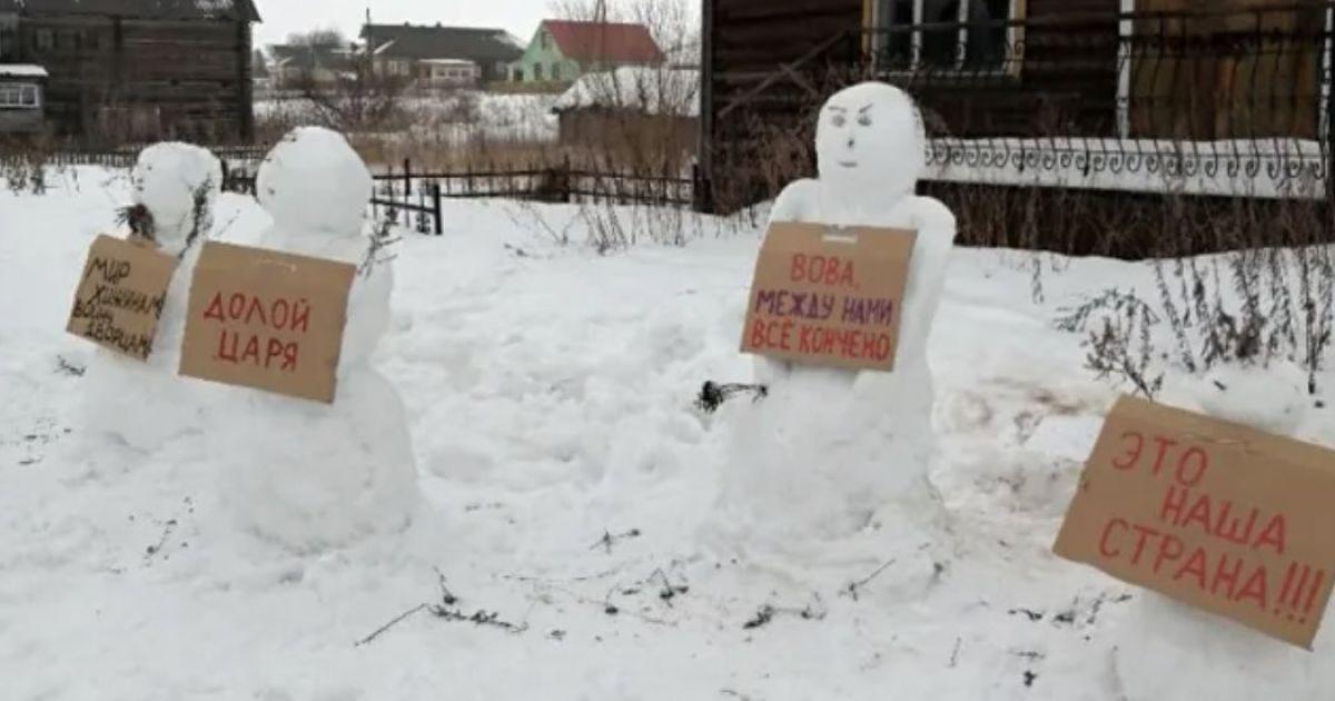 """Це не жарт: в Росії поліція """"придушила"""" пікет сніговиків"""