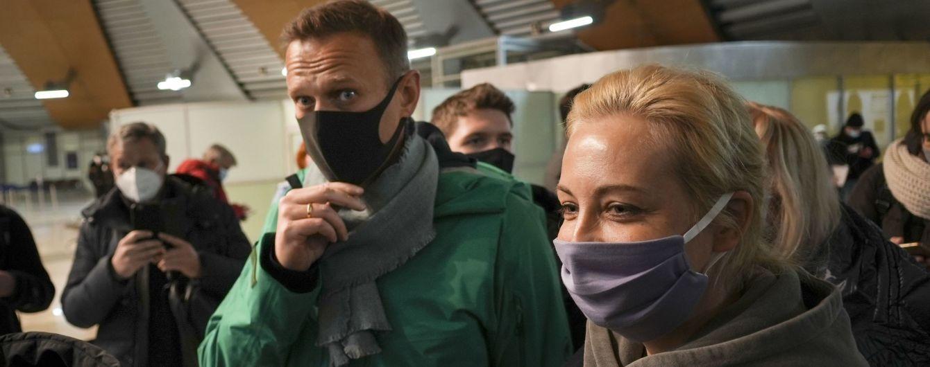 В Москве вслед за квартирой Навального силовики пришли с обыском к его жене (видео)