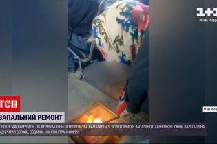Необычный ремонт: в Черновцах водитель отогревала двигатель троллейбуса зажженной тканью