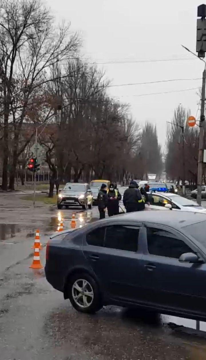 В Кривом Роге водитель грузовика насмерть сбил девушку – ДТП с дорог Украины за 27 января 2021 года