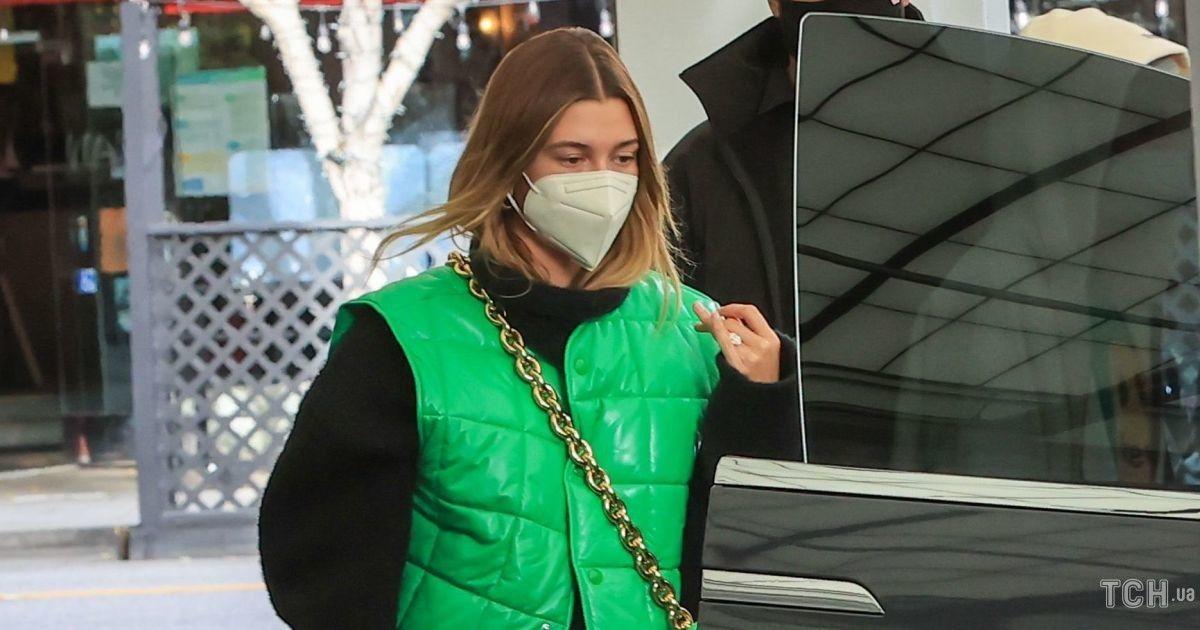 В кожаных брюках и яркой жилетке: Хейли Бибер на прогулке с мужем