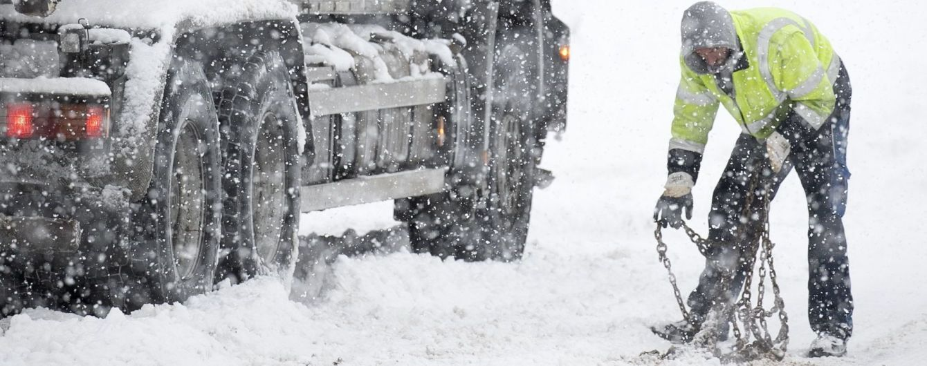 Третьи сутки в Украине бушует непогода: заблокированы пути, обесточены села и сотни машин в кучугурах