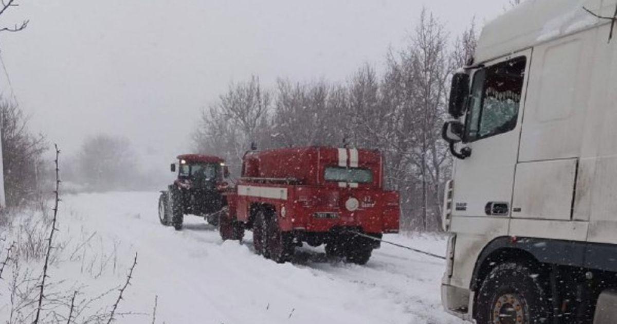 Пробки, закрытые трассы и обесточивания: какие последствия непогоды в Украине и что ждать дальше (фото, видео)