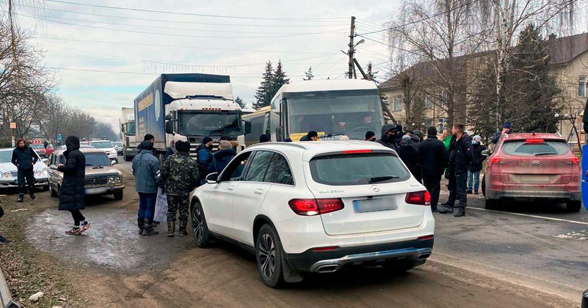 На Волині перекрили дорогу: мітингують проти підвищення тарифів (фото)