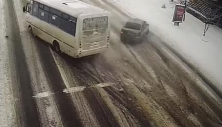 В Борисполе произошло ДТП с участием автобуса: видео