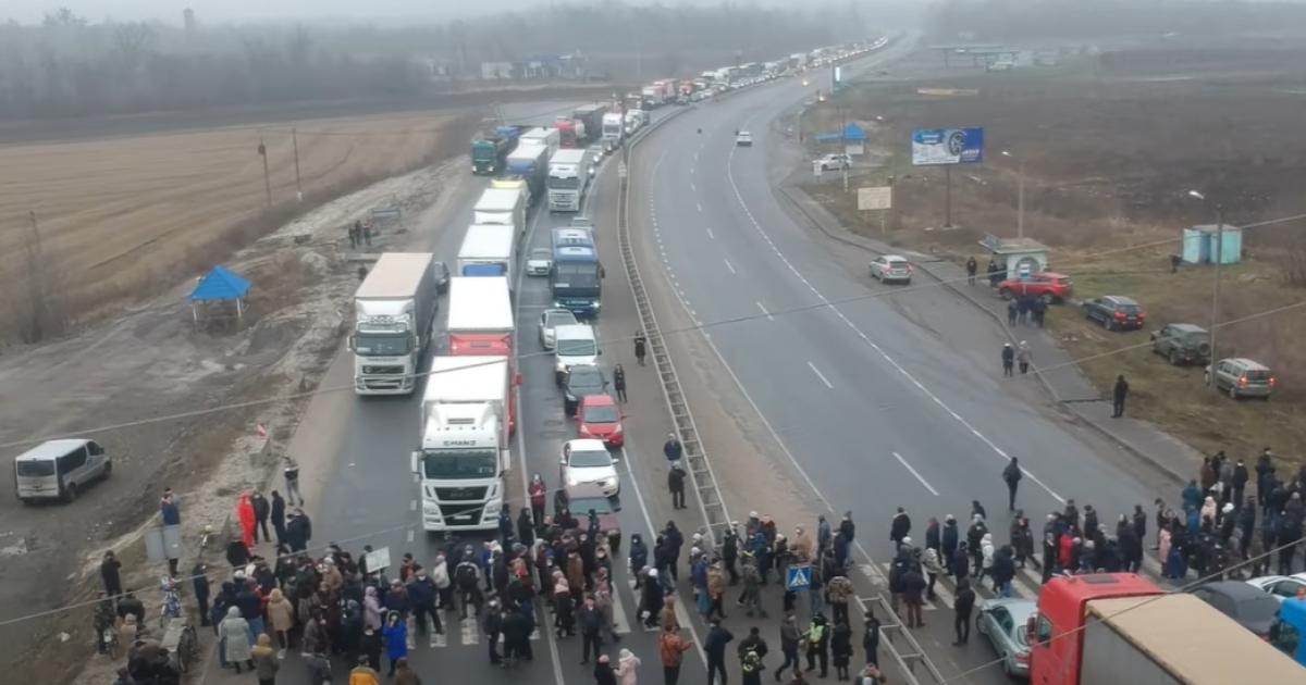 Жители Лубен перекрывают дорогу так, чтобы не мешать землякам