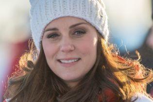 В шапке с помпоном и куртке: герцогиня Кембриджская появилась в кадре в образе для прогулки