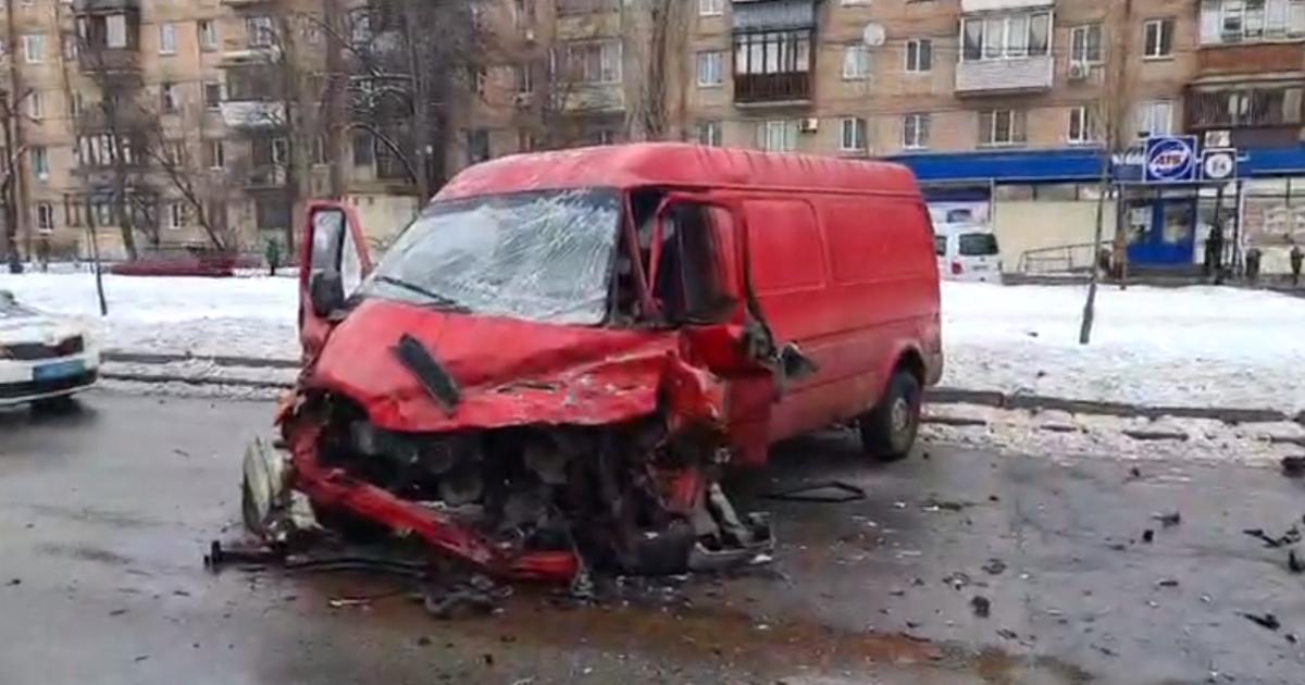 В Киеве водитель буса вылетел на встречную полосу, влетел в дерево и врезался в фуру