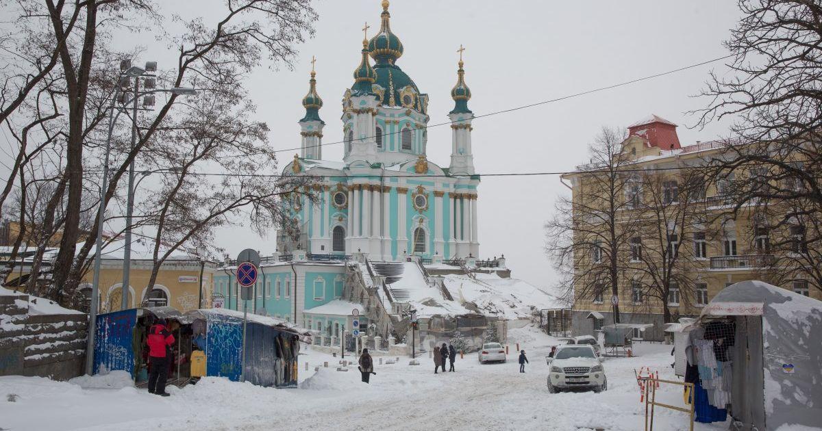 Ударил ножом и избил: В Киеве на Андреевском спуске мужчина смертельно ранил прохожего