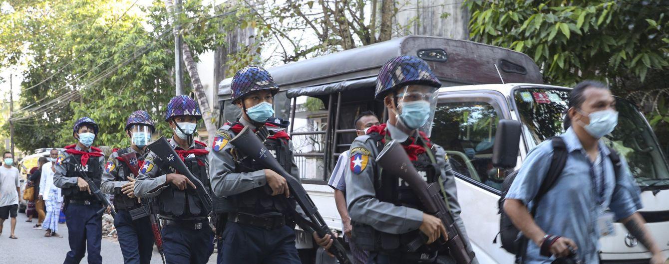 """Задержали """"икону демократии"""" и захватили власть: как в Мьянме на глазах у всего мира возвращают военную диктатуру"""