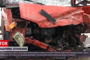 В Киеве фургон вылетел на бульвар, а затем столкнулся с грузовиком