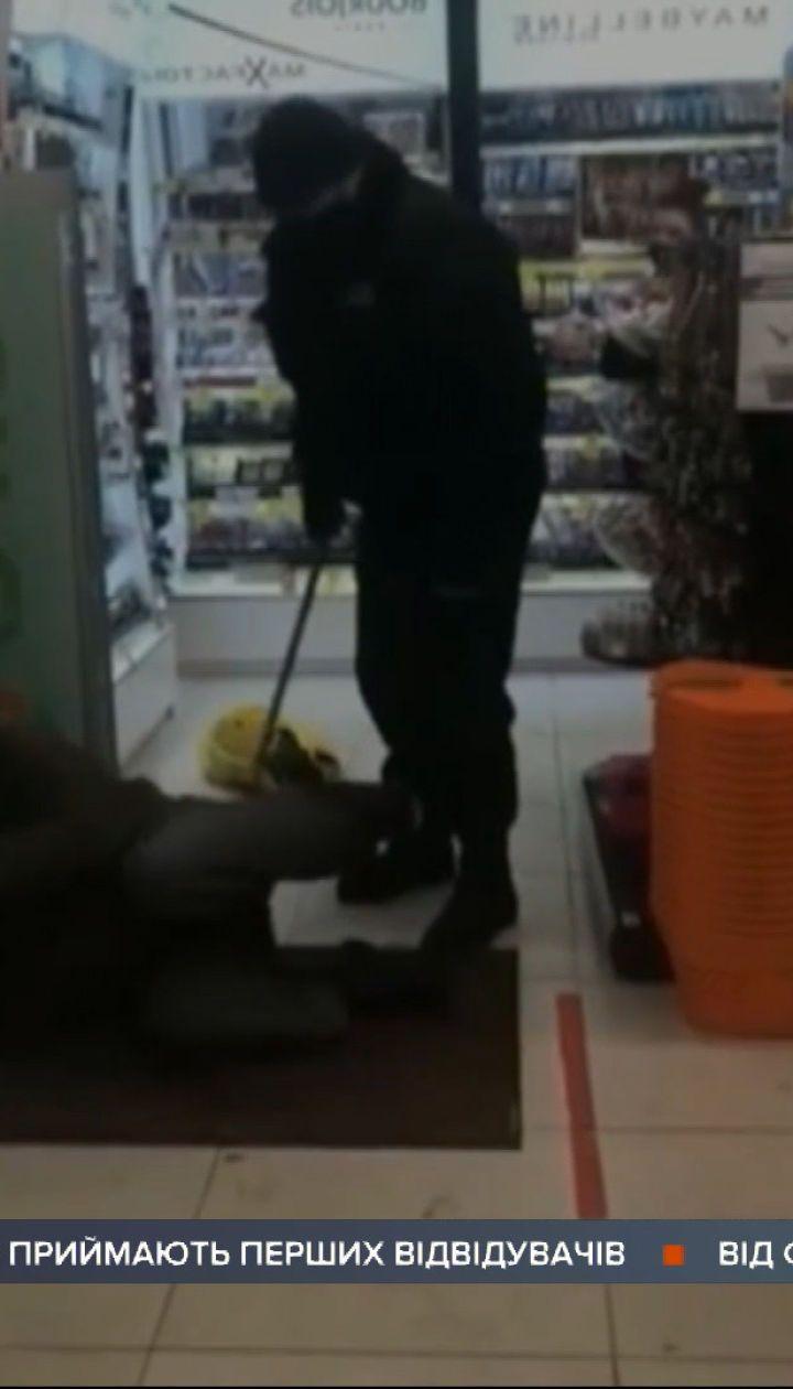 У Житомирі охоронці магазину побили чоловіка, який зайшов туди погрітися