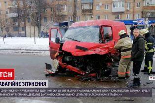 Разбитый фургон и разбросанные автозапчасти - в центре столицы произошла масштабная авария