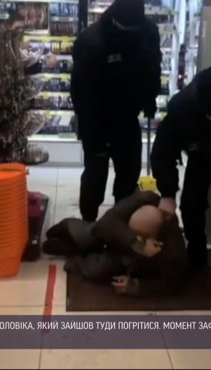 У Житомирі охоронці магазину побили безпритульного