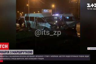 В Запорожье маршрутка с пассажирами врезалась в столб, а водитель скрылся с места аварии