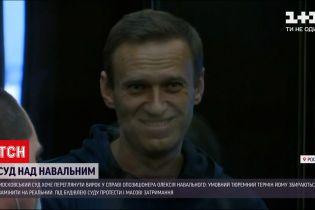 Московская полиция задерживает людей под судом, где Навального попытаются посадить за решетку
