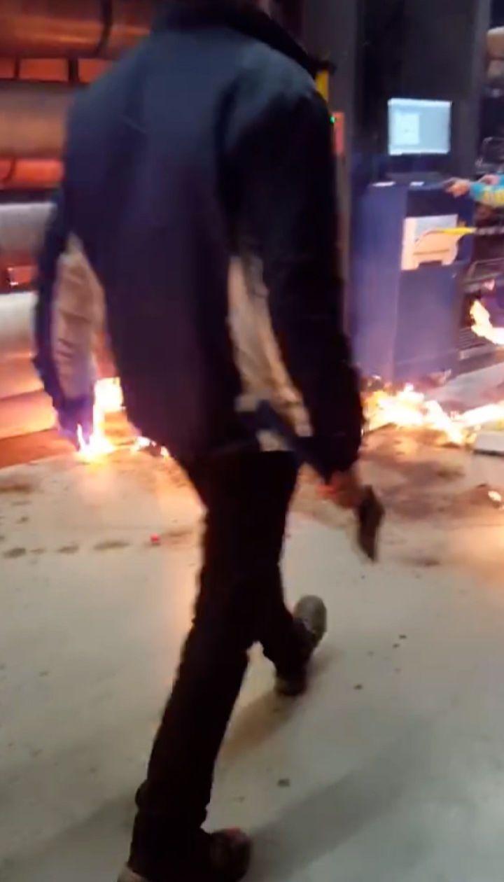 """Как начинался пожар в """"Эпицентре"""": появилось видео с поджигателем, который носился с топором"""