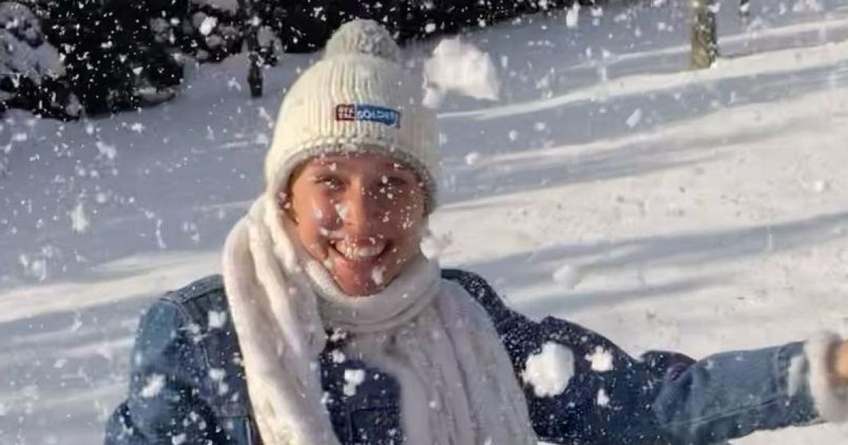 У шапці, але з голими щиколотками: Катя Осадча подуркувала в снігу