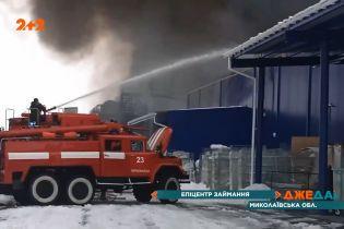 Пламя и огромные столбы черного дыма охватили Первомайск