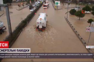 В турецком Измире паводки унесли жизни двух человек