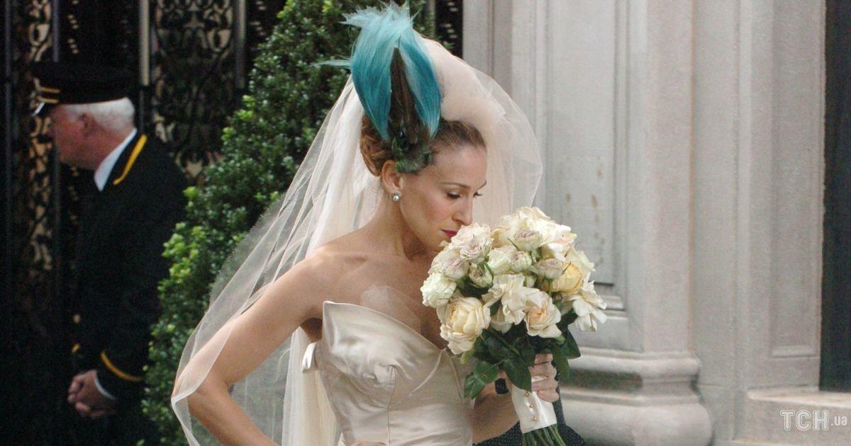 """Пір'я і пишна спідниця: історія весільного образу Керрі Бредшоу із """"Сексу і міста"""""""