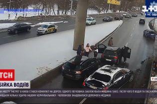 """На мосту """"Метро"""" в Киеве произошел конфликт с побоищем"""