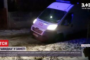 """У Рівненській області """"швидка"""" потрапила у снігову пастку"""