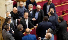 Журналісти назвали українських нардепів, які літали до окупованого Криму за російськими паспортами