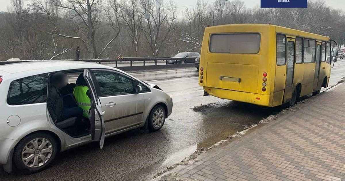 У Києві на зупинці п'яний водій Ford влетів в автобус, що висаджував пасажирів: фото
