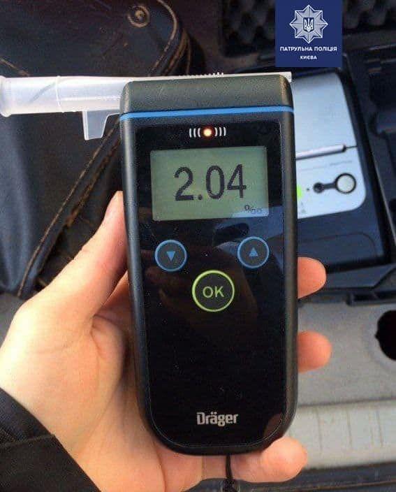 У Києві на зупинці п'яний водій Ford влетів в автобус