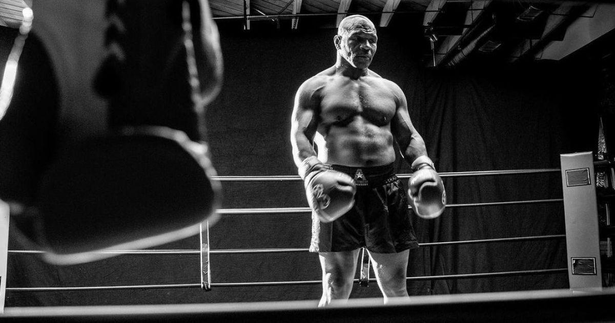 Не допомогла і бита: легендарний Тайсон відзначився брутальним нокаутом на шоу реслінгу (відео)