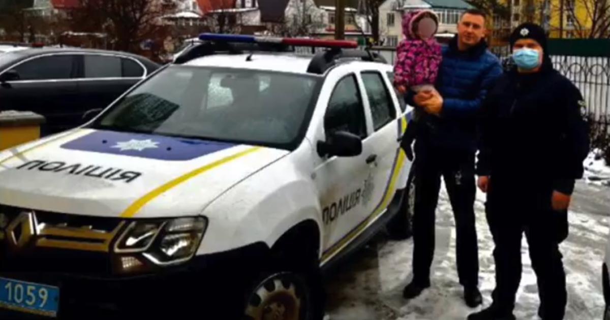 Бродила у лесополосы в огромных тапочках: под Киевом нашли маленькую девочку