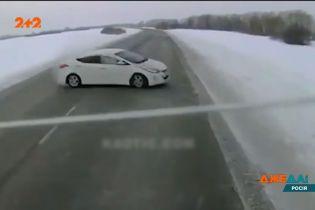 Водитель легковушки потерял контроль на заснеженном шоссе и на полном ходу влетел в встречный грузовик