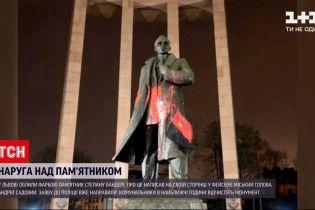 Во Львове памятник Степану Бандере облили красной краской