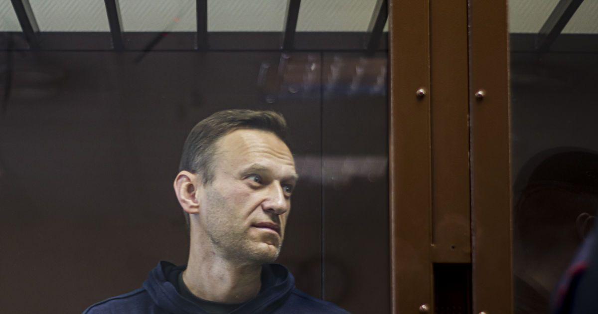 """""""Говорить з через силу і сильно схуд"""": дружина розповіла про стан Навального"""