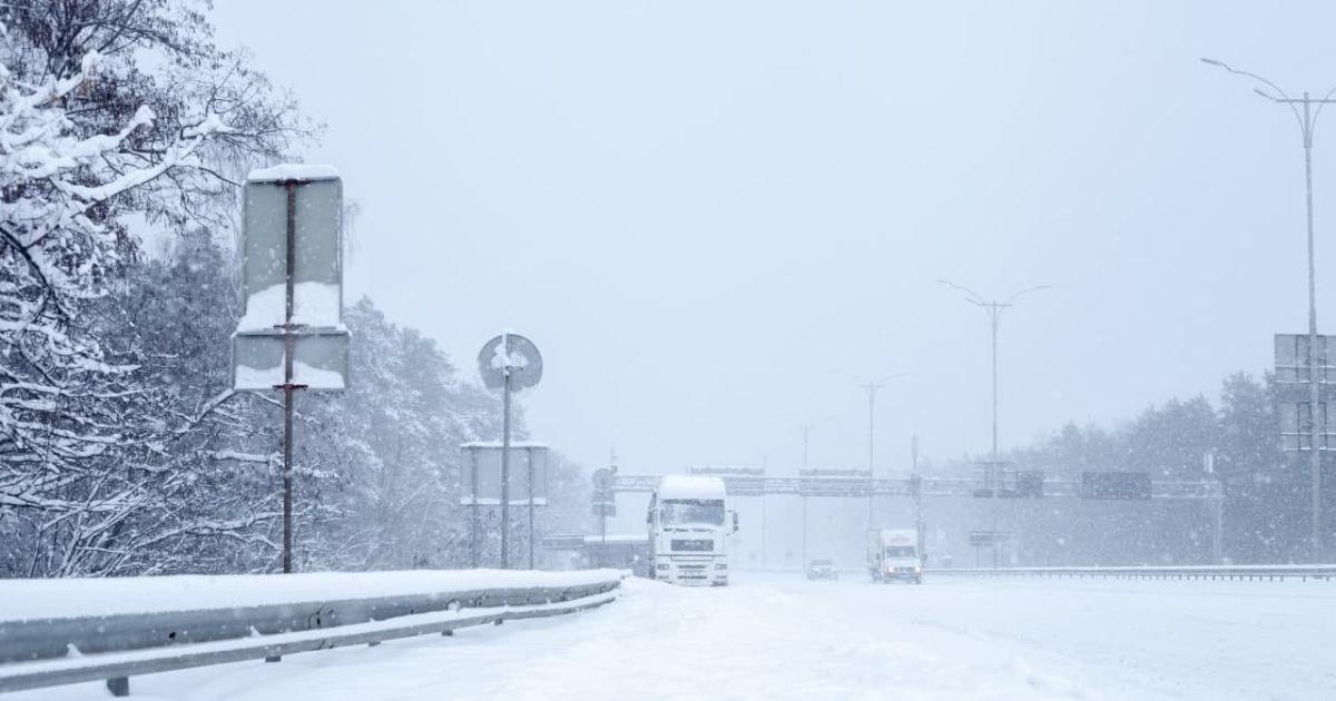 На дорогах Киевской и Черниговской областей ограничили движение грузовиков: список трасс