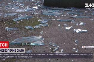 Новини України: у Кропивницькому жінку ледь не вбило скло, яке впало на неї з вікна під'їзду